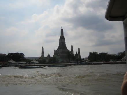 Aussicht auf einen Tempel am Fluss. - Chao Phraya River