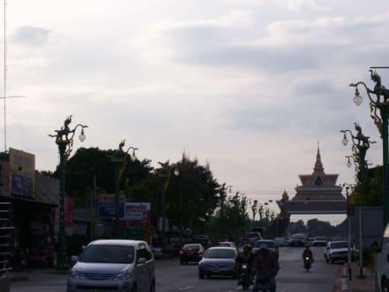 Strassenszene in Khon Kaen - Weisser Buddha