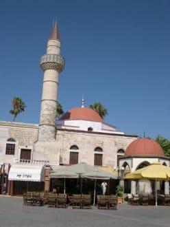 Hassan Moschee in Kos Stadt mit dem Cafe Aeolos - Defterdar Moschee