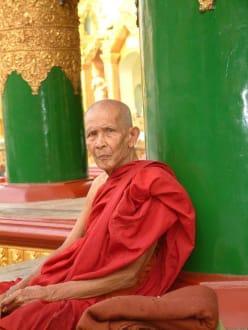 Mönch in der Shwedagon-Pagode - Shwedagon Pagode