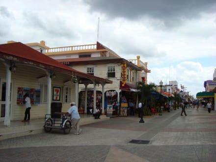 Einkaufsgegend um die Plaza gegenüber Hafen - Einkaufen & Shopping