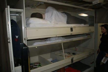 Beengtes Schlafen bei 4500 Menschen - Flugzeugträger USS Midway