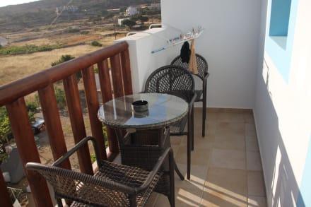 balkon mit w schetrockner bild potali bay in lefkos. Black Bedroom Furniture Sets. Home Design Ideas