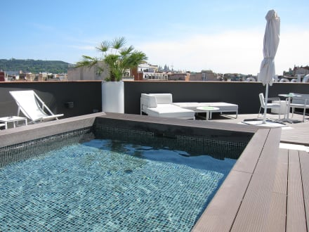 dachterrasse mit bar und pool bild hotel h10 casanova in barcelona katalonien spanien. Black Bedroom Furniture Sets. Home Design Ideas