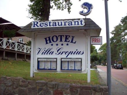 Strassenschild am Hotel - Hotel Villa Gropius