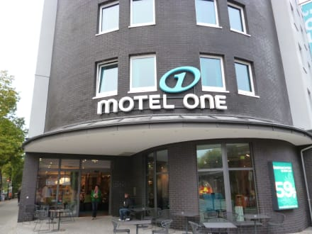 Eingangsbereich raucher area bild motel one berlin for Motel one berlin zimmerausstattung