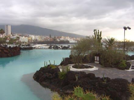 Blick aus den Meerwasserschwimmbädern auf Puerto - Meerwasserschwimmbad Lago Martiánez