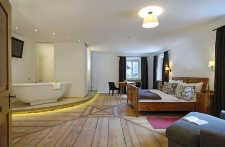 Zimmer mit freistehender Badewanne