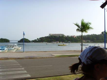 Blick auf die Hafenpromenade - Santa Barbara de Samana