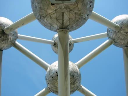 Unter dem Atomium in Brüssel - Atomium