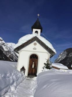 Die kleine Kapelle neben dem Quellenhof - Wandern Leutasch