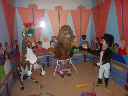 Zirkuszelt mit verschiedenen Schaufenstern - Funny-World Familienfreizeitpark