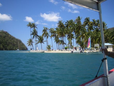 Mit dem kleinen Boot zur Bucht - Marigot Bay