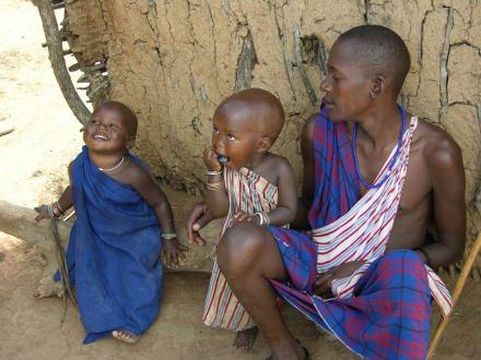Der linke Junge (2 J.( hat schon die Brandmale - Masai Dorf