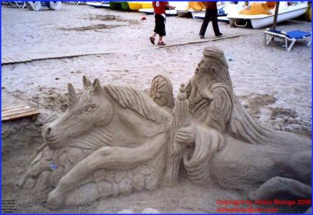 Figur aus Sand gebaut - Strand Can Picafort