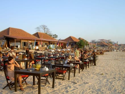 Blick aufs Restaurant vom Strand - Jimbaran Bay Seafood (JBS)