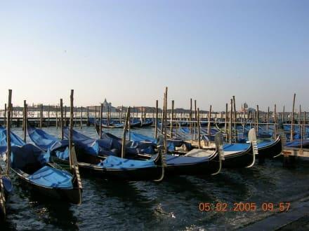 Gondeln - Gondeln / Gondelfahrten in Venedig