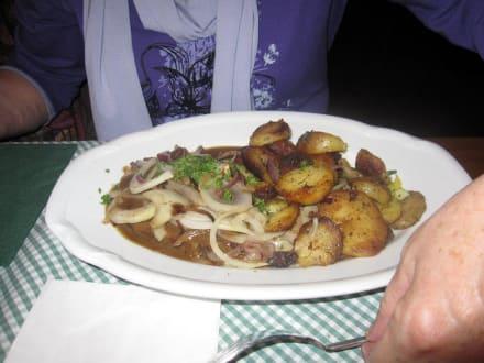 Nackensteak mit Zwiebeln und Bratkartoffeln\