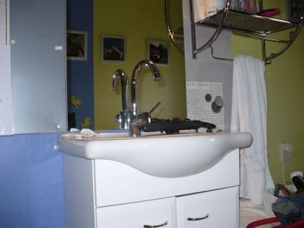 waschbecken mit handtuchhalter bild pension maaike in noordwijk aan zee s dholland niederlande. Black Bedroom Furniture Sets. Home Design Ideas