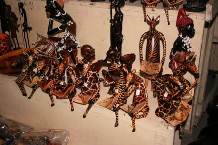 Im Geschäft - Schnitzerdorf Akamba
