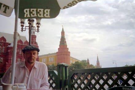 Im Café vorm Kreml - Kreml / Präsidentenpalast