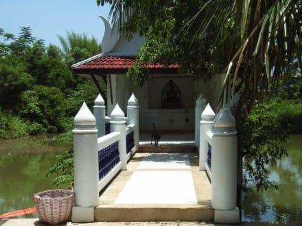 Brücke zum Fischteich - Kaew Korawaram Tempel