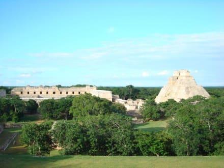 Blick vom Palast des Gouverneurs zur Pyramide - Ausgrabung Uxmal