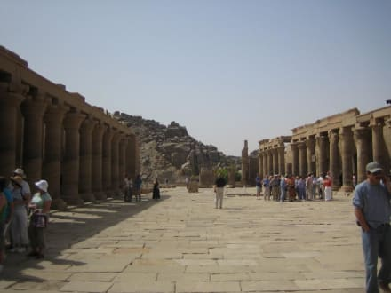 Der große Platz vor dem Tempel. - Philae Tempel
