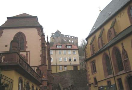 Links die Kilianskapelle mit Burg Wertheim - Altstadt Wertheim am Main