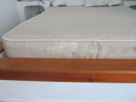 schimmel und schmutz in der matratze bild hotel galini in anissaras kreta griechenland. Black Bedroom Furniture Sets. Home Design Ideas