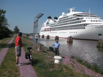 Traumschiff auf dem Nord-Ostsee-Kanal - Radfernwege in Schleswig-Holstein