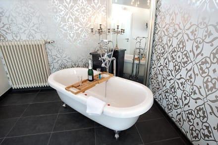 suite mit frei im raum stehender badewanne bild hotel alte schule berleburg in bad berleburg. Black Bedroom Furniture Sets. Home Design Ideas