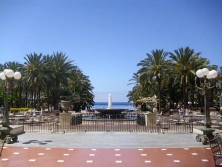 Blick auf Plaza und Teil des Gartens und großen Pool - Lopesan Costa Meloneras Resort, Spa & Casino
