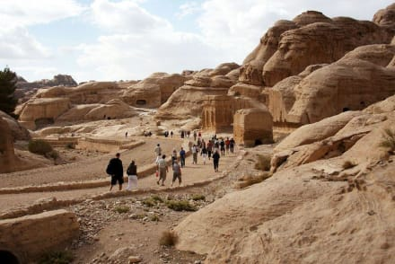 Erste Bauwerke in Sicht - Felsenstadt Petra
