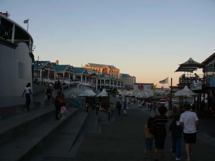 Abendliches Treiben - Alfred & Victoria Waterfront