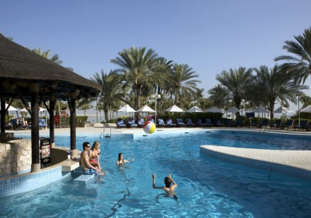 Swimmingpool and pool bar -