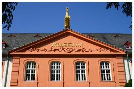 Fassade über dem Eingang zum Landesmuseums Mainz - Landesmuseum