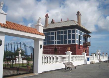 Das blaue Haus auf rotem Sockel - Blaues Haus (Casa Juanita)