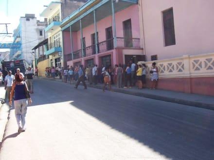Warteschlange vor der Wechselstube - Altstadt Santiago de Cuba