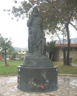 Nikolaus-Statue im Garten der Nikolaus-Kirche - Kirche Hl. Nikolaus