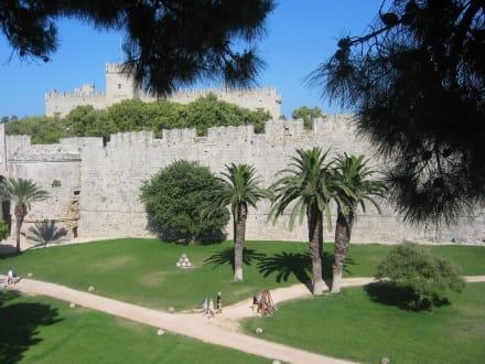 Park um Grossmeisterpalast in Rhodos - Großmeisterpalast