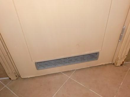 Tür im Badezimmer unten kaputt wegen Feuchtigkeit - PrimaSol Hane ...