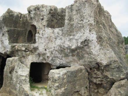 Eine rechtseitig liegende Formation - Königsgräber / Nekropolis
