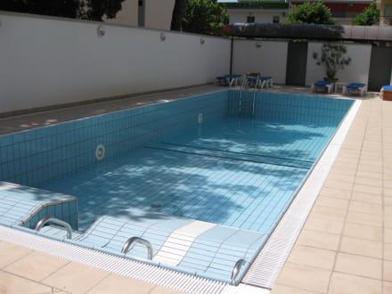 pool fast ohne wasser bild palace hotel regina in bibione venetien italien. Black Bedroom Furniture Sets. Home Design Ideas