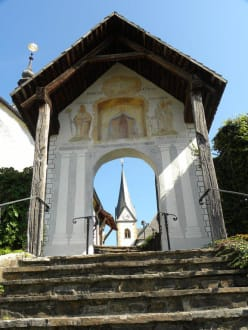 Kirchenaufgang - Pfarrkirche St. Primus und Felician & Winterkirche