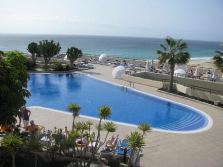 Poolanalge mit Meer im Hintergrund - IBEROSTAR Hotel Playa Gaviotas
