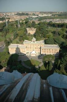 Blick vom Petersdom auf den Vatikan - Petersdom