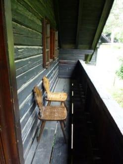 schmaler sp rlich m blierter balkon bild naturel. Black Bedroom Furniture Sets. Home Design Ideas
