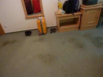 wann muss vermieter total fleckigen teppich austauschen mietrecht flecken austausch. Black Bedroom Furniture Sets. Home Design Ideas