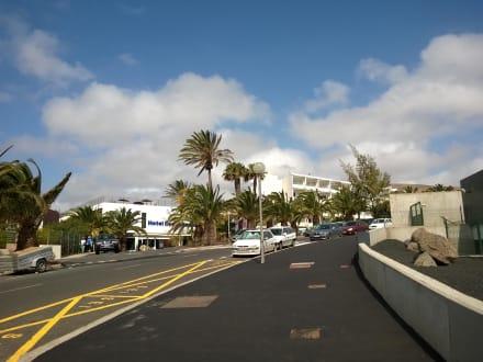 Vor dem Hotel -